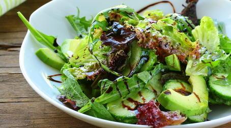 На фото: зелень салата